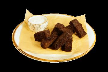 Гренки чесночные из бородинского хлеба с соусом цахтон